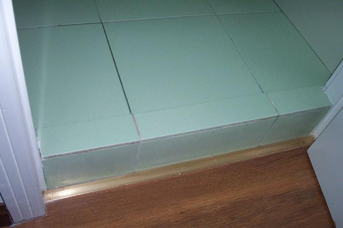 主卧卫生间地面和卧室一样平的怎么办?